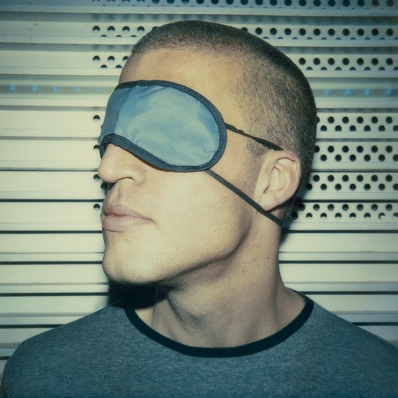 Das Bild zeigt ein Portrait des deutschen Schriftstellers Benjamin von Stuckrad- Barre mit Schlafbrille