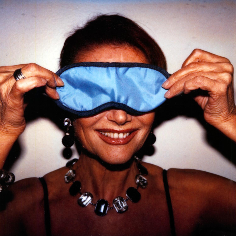 Das Bild zeigt ein Portrait der italienische Schauspielerin Claudia Cardinale mit Schlafbrille.
