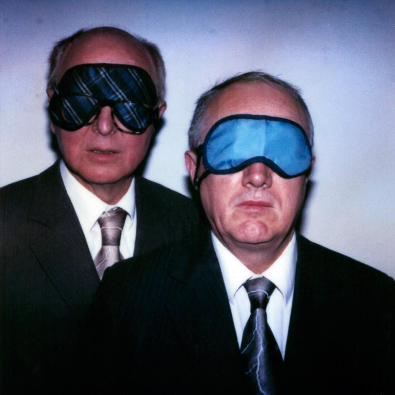 Das Bild zeigt ein Doppelportrait des britischen Künstlerpaares Gilbert & George mit Schlafbrille.
