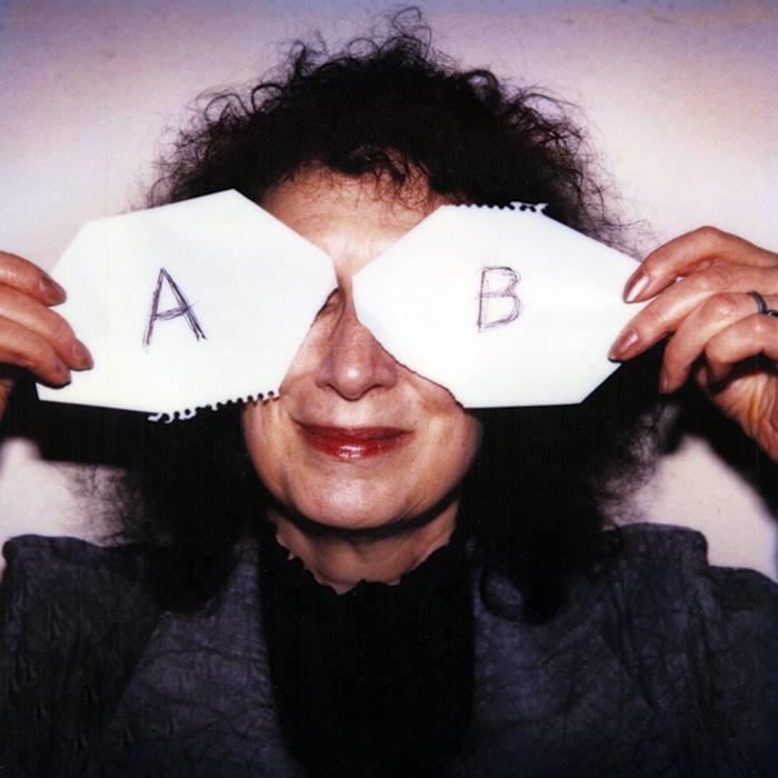 Das Bild zeigt ein Portrait von Margaret Atwood von Freddy Langer