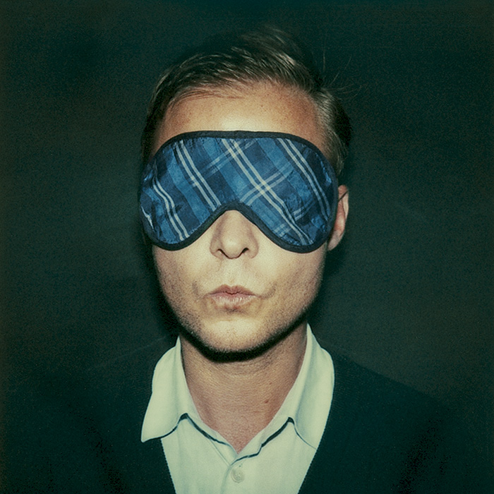 Das Bild zeigt ein Portrait von Christian Kracht von Freddy Langer