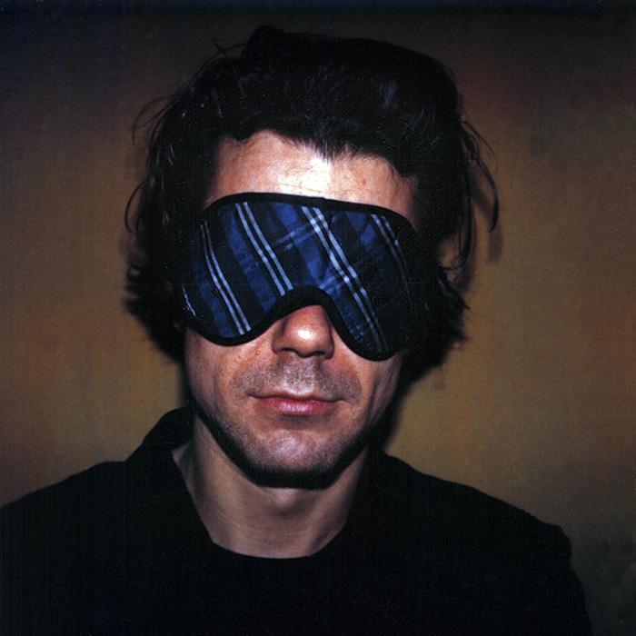 Das Bild zeigt ein Portrait von Tom Tykwer von Freddy Langer