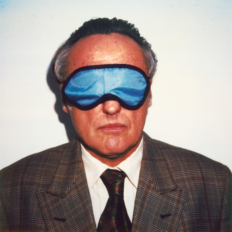 Das Bild zeigt ein Portrait des US-amerikanischer Schauspielers und Regisseurs Dennis Hopper mit Schlafbrille..