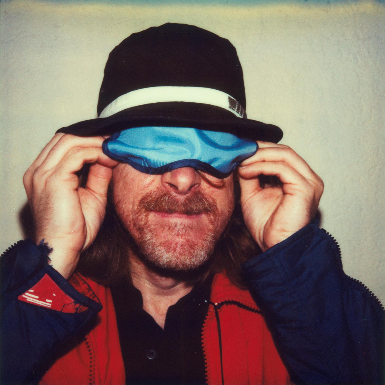 Das Bild zeigt ein Portrait des deutschen Komikers, Schriftstellers, Rregisseurs, Schauspielers und Multiinstrumentalisten Helge Schneider mit Schlafbrille..