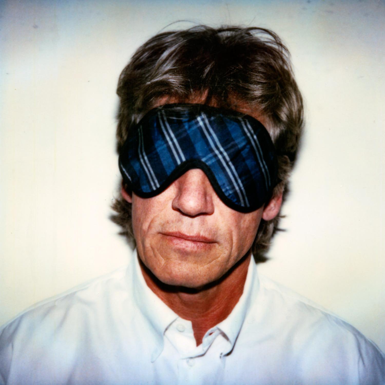 Das Bild zeigt ein Portrait des britischen Sängers, Bassisten, Komponisten, Texters und Musikproduzenten Roger Waters mit Schlafbrille. Bekanntheit erlangte er als Mitglied der Rockgruppe Pink Floyd, die er mitgründete.
