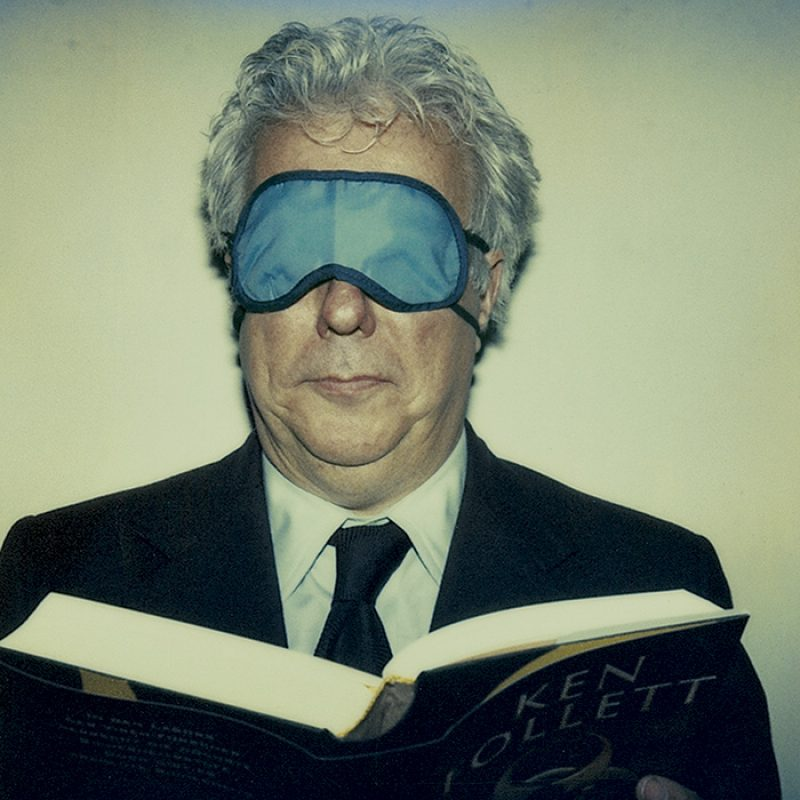 Das Bild zeigt ein Portrait von Ken Follett von Freddy Langer