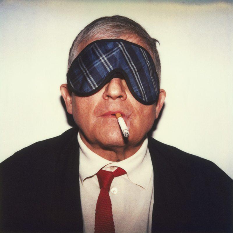 Das Bild zeigt ein Portrait von David Hockney von Freddy Langer
