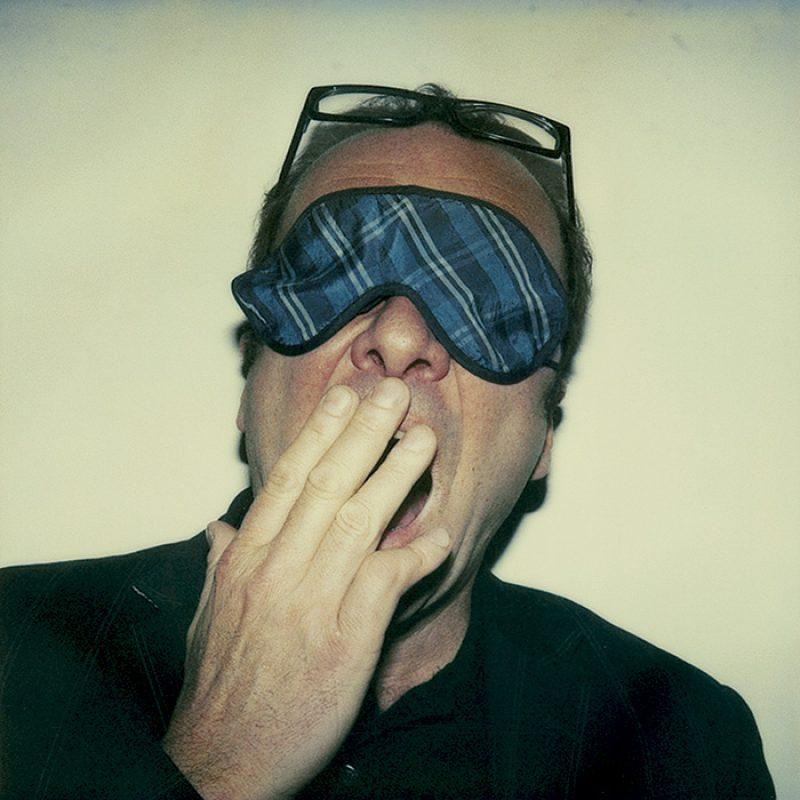 Das Bild zeigt ein Portrait von Robert Menasse von Freddy Langer