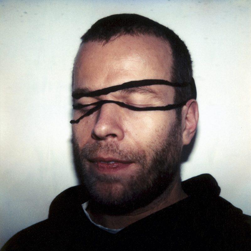 Das Bild zeigt ein Portrait von Wolfgang Tillmans von Freddy Langer