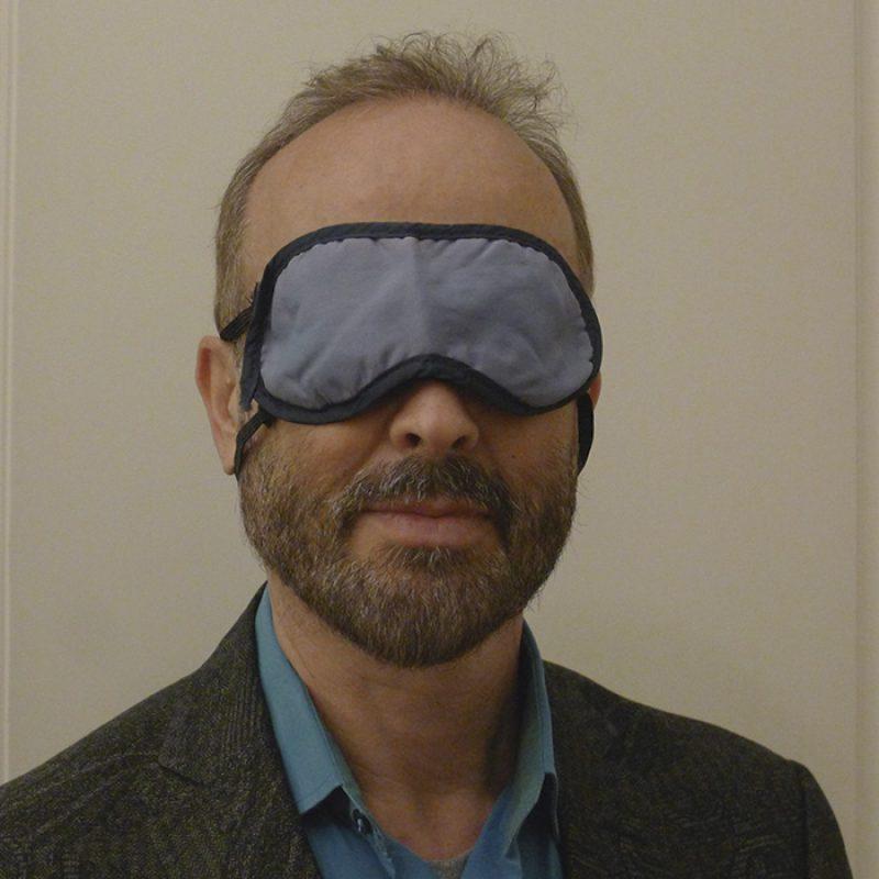 Das Bild zeigt ein Portrait von Erwin Wurm von Freddy Langer